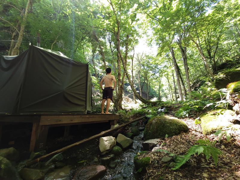 八東ふる里の森 自然の渓流沿いの「サワサウナ」。冷たい渓流にダイブすればパキーンとトトノウこと間違いなし