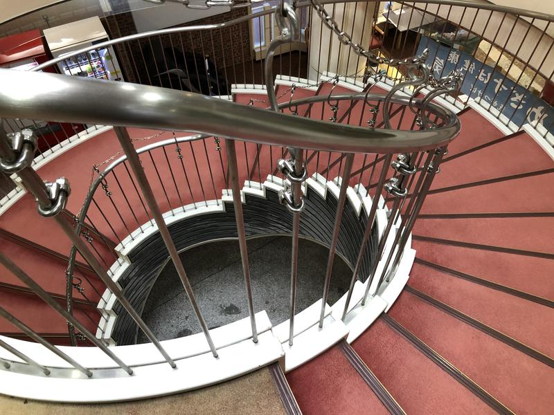 健康ランド武蔵野 2階への螺旋階段