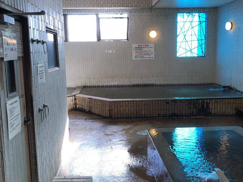 ホテル昭和 脱衣所から浴室を臨む