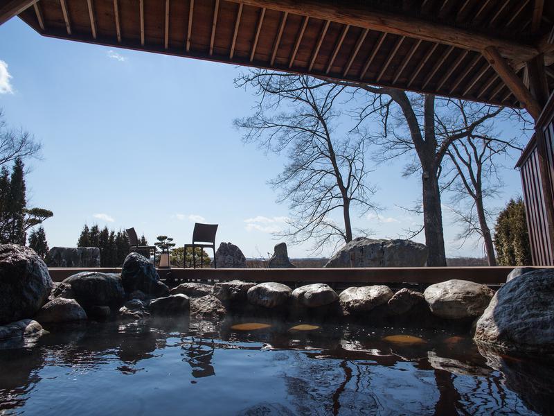 十勝川温泉 観月苑 十勝川を望むことができる露天風呂と外気浴。爽やかな風を感じながら「ととのう」