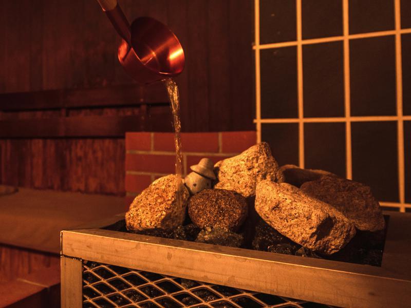 森のスパリゾート 北海道ホテル 「モール温泉」で「ロウリュ」することを「モーリュ」と名付けました。温泉成分の効果で、サウナでもお肌がすべすべになります!