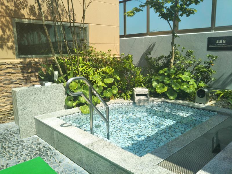 常滑温泉 マーゴの湯 露天水風呂。表示温度は参考程度。