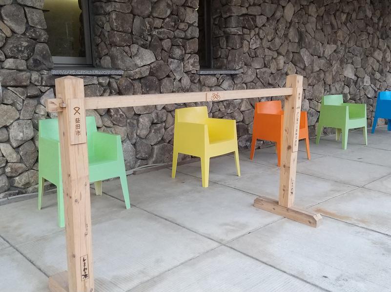 やすらぎの湯 外に並ぶ椅子(露天風呂に欲しい))