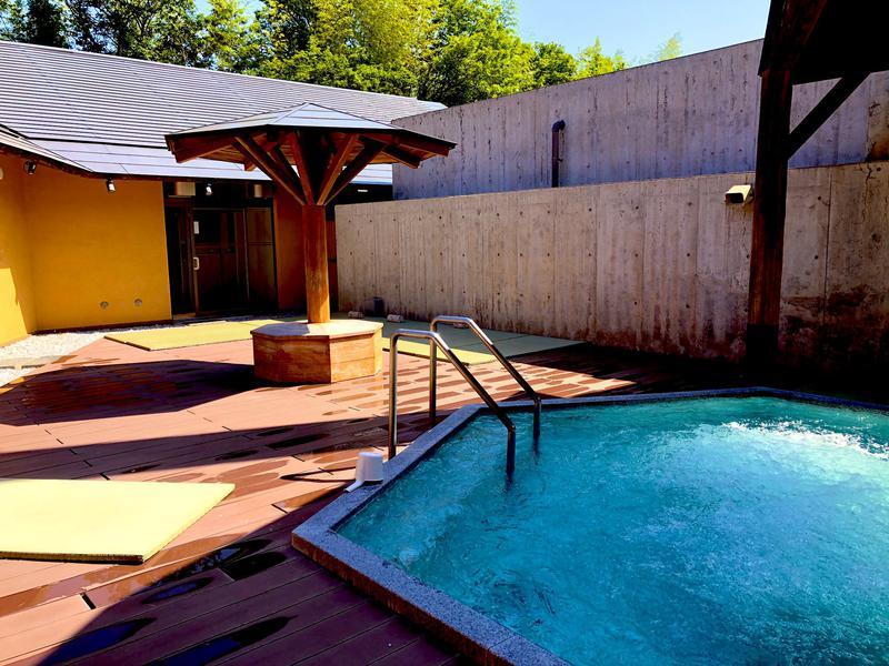 赤村ふるさとセンター 源じいの森温泉 露天ジャグジー風呂、畳敷き外気浴スペース(公式ツイッターより転載)