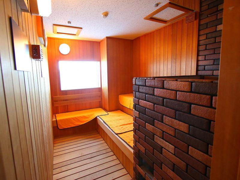 熱海シーサイドスパ&リゾート サウナ室(男性)。小ぢんまりとしているが、しっかりとした高温とオートロウリュによるしっとりとした湿度で本格的なサウナ浴を楽しめる。