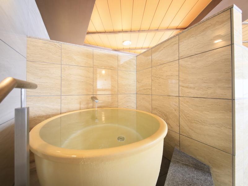熱海シーサイドスパ&リゾート 男性サウナ室目の前にあるつぼ型の水風呂。定期的に加水され清潔さが保たれている。