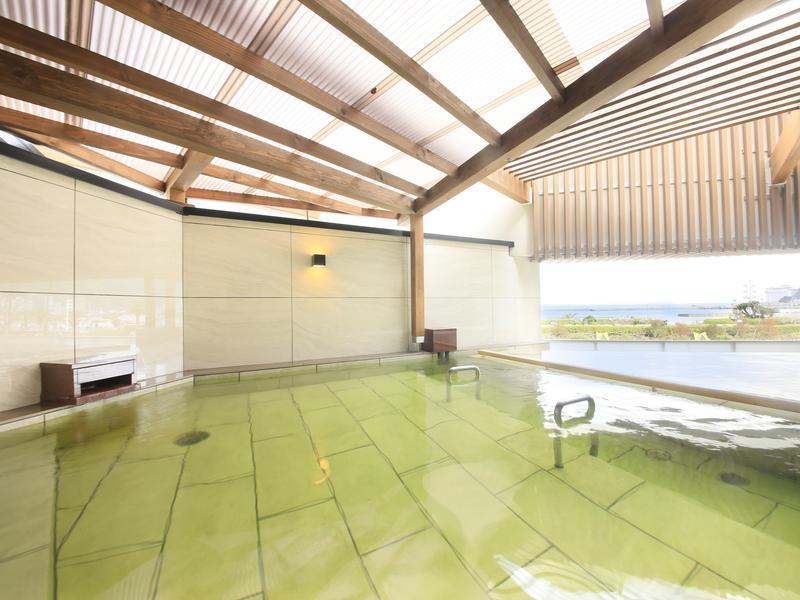 熱海シーサイドスパ&リゾート 露天風呂(男性)。アジアンテイストあふれるウッディな雰囲気が人気。