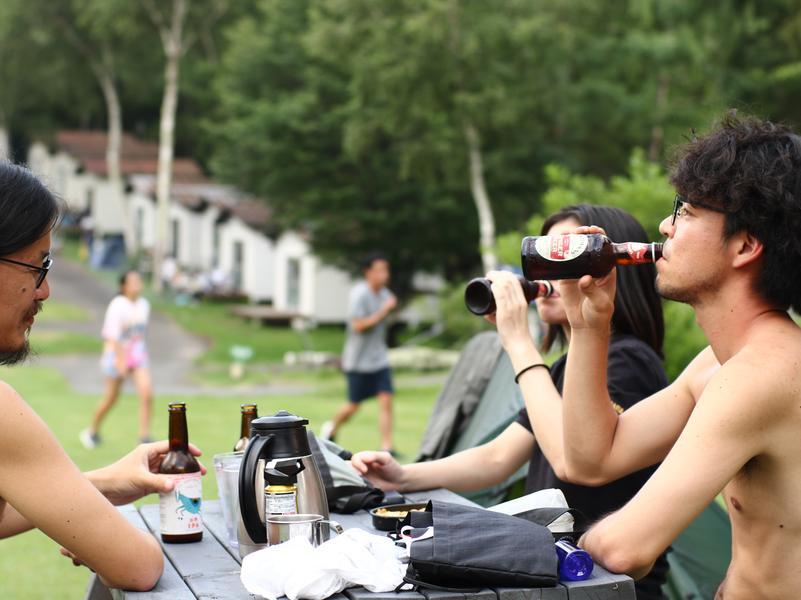 HYTTER SAUNA CLUB 外ではビールも飲めます。