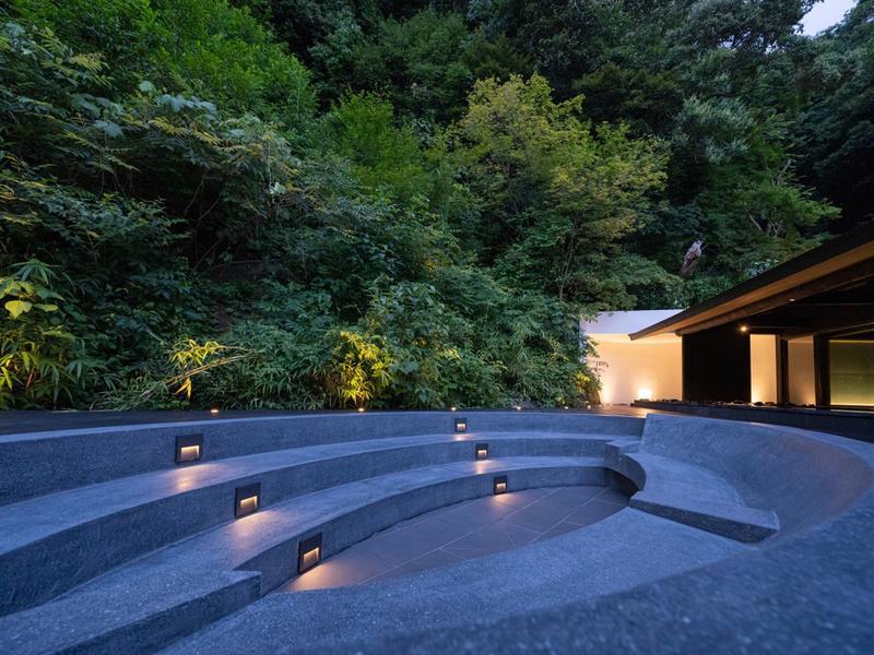 御船山楽園ホテル らかんの湯 女性大浴場 外気浴スペース(ベンチ)