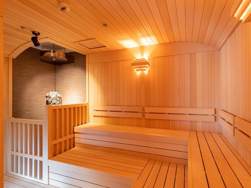ホテルマウント富士 サウナ室(満天星の湯)※総木・湾曲天井・照明暗め・自然光・定員9名。
