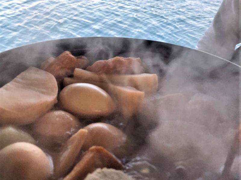 イカダの上のおでん屋台&海上サウナ( 一日一組) おでんの背景は海