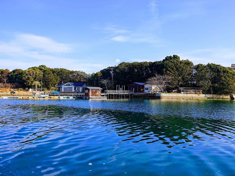 イカダの上のおでん屋台&海上サウナ( 一日一組) 施設を海から見る