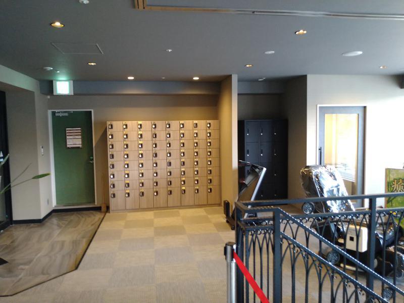 サウナリゾートオリエンタル神戸 (センチュリオンホテル ヴィンテージ神戸) 下駄箱と喫煙所(右奥)