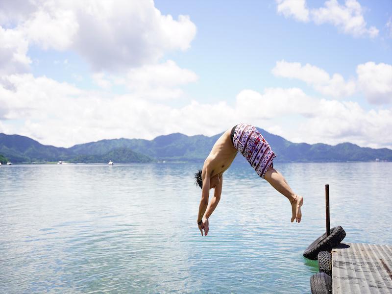 タザワコサウナ サウナから小走り10秒で湖ダイブ!