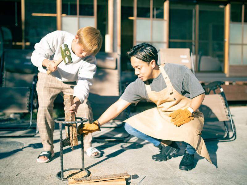 宿泊型コワーキングスペース 五番地 サウナで使う薪割り体験もできます。
