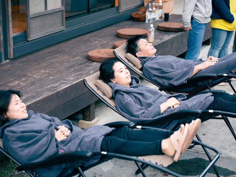 宿泊型コワーキングスペース 五番地 外気浴用のポンチョもご用意しています。